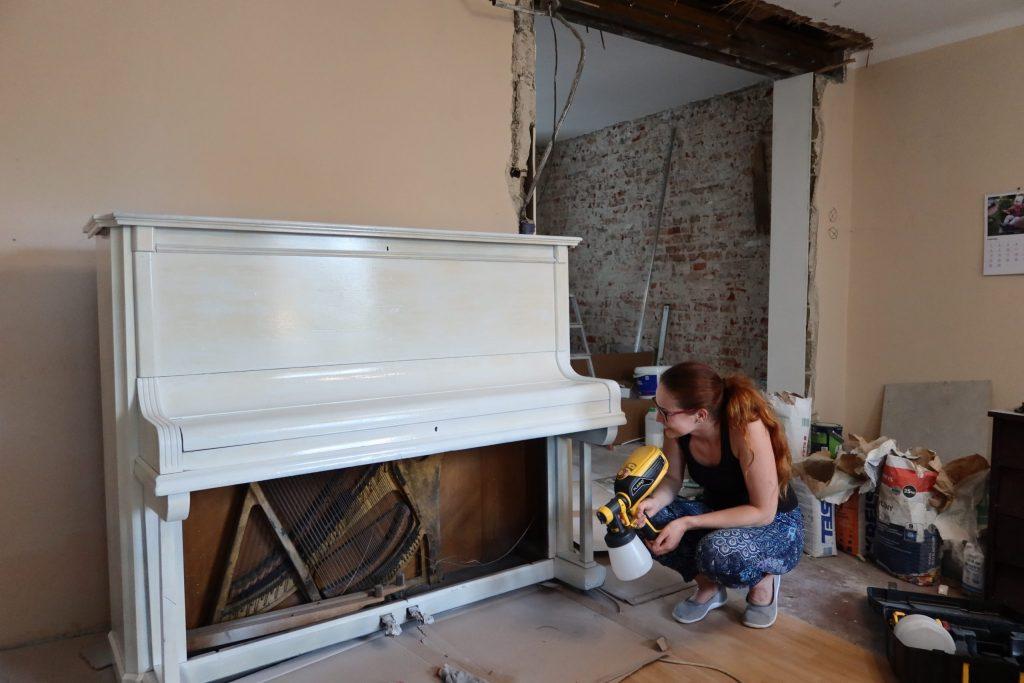 malowanie pianina na biało